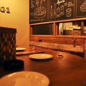 1人でも気軽に入れる、落ち着いた雰囲気のカウンター席です。オープンキッチンの前だから料理を作るところも見れて食欲も高まります!!