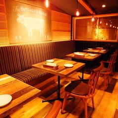 2名~10名前後まで対応できるテーブル席。長屋をリノベーションし、居心地の良い空間を演出。