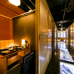 【扉付完全個室】2名様~6名様。新横浜駅1分の好アクセス。古い木材を使用したこだわりの空間でリラックス頂けます。木の温もり感じる個室は扉付のため、お客様だけのプライベート空間を実現。ゆったり足を伸ばせる掘り炬燵席でお客様だけのひとときをお過ごしください。