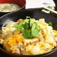 ~地鶏卵の親子丼~宮崎の銘柄鶏『霧島鶏』を使用。甘みのある愛媛の美豊卵を半熟トロトロに仕上げました。どんぶりから漂う、出汁のいい香り。黄色い半熟卵と、程よく白い鶏肉。。一口食べると、口の中で分かる米と肉のしっかりした歯ごたえ。それにからみつくトロトロの卵は、出汁の優しい味わい。まさに至福の一口