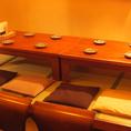店舗入口から左側のゆったり寛げる座敷席は、テーブルを繋げて14名様までご利用いただけます。