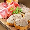 料理メニュー写真地鶏白レバーとフォアグラのパテと生ハムの盛り合わせ