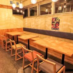 2名様用が5卓ございます。テーブルの結合可能です。テーブル席の椅子は昭和を連想させるたたみのベンチシートでごゆっくりおくつろぎ頂けます。