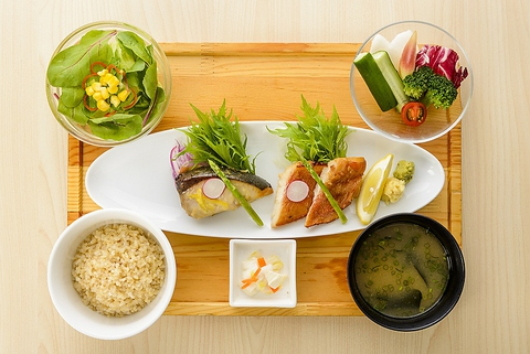 お魚、お野菜とバランス良い食事ができます。