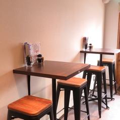 ちょい飲みにぴったりのハイテーブルの2名様席