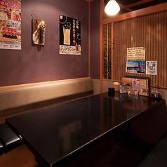 喫煙可能なテーブル個室です。2時間飲み放題付き宴会コースは3,500円よりご用意。刺身・寿司・かに…などなど厳選素材をお値打ち価格で!!驚愕のコスパ!宴会、飲み会、同窓会、記念日なら、うおや一丁がおすすめ!宴会に最適な個室もご用意しております!
