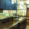 お一人様大歓迎!カウンター席でゆっくりとお酒と料理をお楽しみください♪広々としたカウンターなので、ゆったりと座ることができます☆目の前に並ぶ新鮮なネタを見て、お好きなお寿司をご注文するのも◎お待ちしております!!