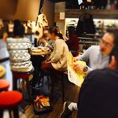 解放感があるガラス張りの店内☆大きな丸いテーブルの席や窓際の席など様々です。