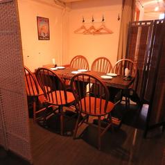 2Fフロア。2~8名仕切りを使って半個室風に出来ます!女子会、合コン、プライベート飲みなどなど…あらゆるシーンでご利用頂けます!写真は6名でご利用の場合のお席です。テーブルを繋げて8名席にもできます。