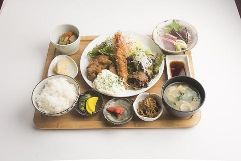 『七色定食』は7つのおかずで大満足!欲張り定食です!ご飯はおかわり自由☆