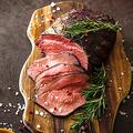 料理メニュー写真熟成牛のトモサンカクローストビーフ