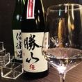 日本酒をワイングラスで。一風変わった趣向。すべては酒の良さを楽しむため。つぼみに包まれた酒の香、色、そしてグラスの内肌を伝う様子まで、すべて味わい尽くしてください。この飲み方で日本酒の魅力に気付く方も多し。