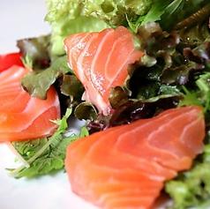 料理メニュー写真スモークサーモンのサラダ