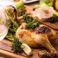 料理メニュー写真本日の半身鶏の香草焼きを燻製塩と燻製ブラックペッパーで