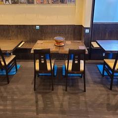 4名様掛けテーブル。可動式で大人数でもご対応可能です。