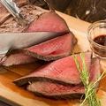 料理メニュー写真低温熟成牛のローストビーフ