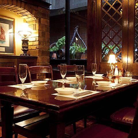 格調高い英国の伝統美が魅力の贅沢な空間。大人の時間をお過ごし下さい。