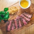 料理メニュー写真ロシアステーキ ベビーリーフ、タリアッタソース添え