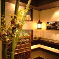 生花が出迎える寛ぎの空間。1Fカウンターは全5席!