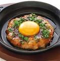 料理メニュー写真名物鶏つくね鉄板焼き(ナンコツ入り)/ ポークウインナー鉄板焼き