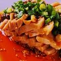 """料理メニュー写真名物""""よだれ鶏""""蒸し鶏の香味醤油"""