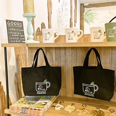 店内入口には物販も!ハワイアン雑貨や小物、オリジナルグッズ販売中!