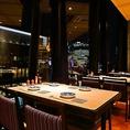 解放感のある窓際のテーブルのお席です。夜は夜景を見ながらお食事をお楽しみいただけます。誕生日や記念日などの特別な日に最適です♪