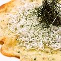 料理メニュー写真湘南シラスと海苔のピザ
