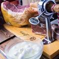 【厳選した食材を使った本物の味】イタリアでも希少な水牛のミルクだけを使って出来たモッツァレラチーズを使用しています。手に入るのはサルヴァトーレだけ。イタリアに行っても購入することの出来ない、とても貴重なチーズです。フレッシュな状態のまま毎週空輸で届けてもらっています。