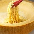 料理メニュー写真目の前で仕上げる パルミジャーノ・レッジャーノ焦がしパスタ