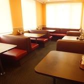 ブラインダーで区切って、半個室になるソファ席。
