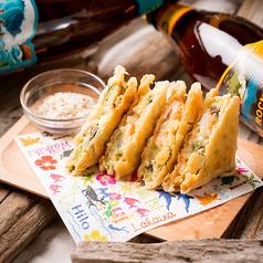 料理メニュー写真海老とアボカドのクラッカーサンド Cracker Sand