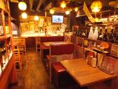 大小様々なテーブル席をご用意しています。4名席は広々なので沢山注文しても余裕があります。