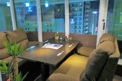 2~4名様用のふかふかソファ席も完備。こちらの席でも夜景を楽しめます。合コン等のシーンにもご利用できます!!