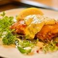 料理メニュー写真まるごとチキンの1枚唐揚げ 自家製レムラードソース