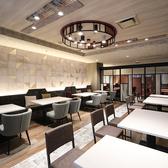 ガラス扉で仕切られた空間は15名様以上のグループやパーティー利用におすすめの半個室です♪テーブルを並べてご利用いただくことも可能です。