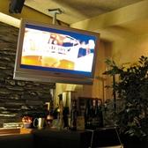 店内にはモニタースクリーンがあり、様々な映像が流れています。