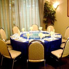 円卓は8名様からご利用いただけます。こちらのお席は完全個室になっておりますので、周りのお客さまを気にせずお寛ぎいただけます。どうぞごゆっくりと本格中華の味をご堪能ください。接待でのお席ご利用も大歓迎です。
