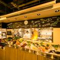 店内に併設された「素材マーケット」には、こだわりのお肉や新鮮な魚介など、生産者から毎日届くとっておきの食材を豊富に取り揃え、栄養たっぷりの有機野菜は常時10種類以上ご用意しております。