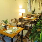 海辺のリゾートをイメージしたウッド調のテーブル席。仕切りを取るとこんな感じ♪もちろん繋げて宴会もOK!