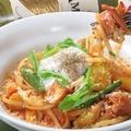 料理メニュー写真半熟卵とベーコンと旬野菜のトマトパスタ