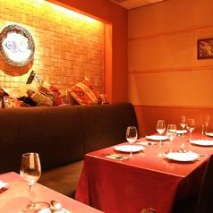 内装からオリエンタルな雰囲気。天井照明もランプ風で気分が盛り上がります。きれいにセッティングされたテーブル席です。