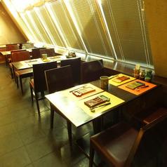 窓際のテーブル席は落ち着いた雰囲気ゆったりとお酒と串揚げをお楽しみいただけます