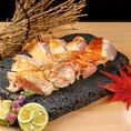 【日本三大地鶏 「比内地鶏」】「比内鶏」は、江戸時代、お殿様に年貢として納められるほどおいしく、県北地域を中心に広く飼育されていた地鶏です。この鶏は、県北部の比内地方にあった大型地鶏と軍鶏との交配による産物と考えられており、長い間、地元の保存会会員によって維持保存が図られてきました。