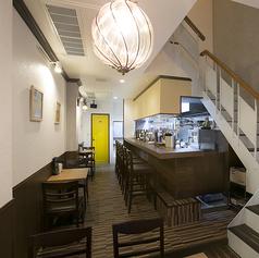 1Fのテーブル席は、4名席・2名席・2名席、となっております。写真奥の黄色い扉は、トイレです。