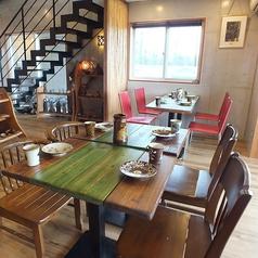 1階席。陶芸品コーナー隣、4名様テーブル席。