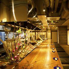 【いつもとは違うカウンター席でのお食事を】のんびりできるカウンター席はおひとり様やデートにも大人気です。目の前で調理を見ながらのお食事をおたのしみいただけます!お一人様でもお気軽にご来店いただけるお店です。ゆったり日本酒と鮮魚を堪能してみませんか?この時期にしか味わうことのできない魚を堪能あれ。