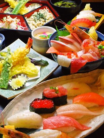 明るくて広い店内で、美味しいお寿司や多彩な和食が食べられる。メニューが豊富!