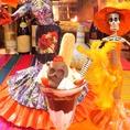 チリ風味のチョコレートケーキやキャンプファイヤーアップルパイ バニラアイス添えが揃う
