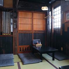 【お座敷テーブル・4名様】鳥吉吾妻店では少人数のお客様でも楽しめる4名様のお席もご用意ございます♪レトロな雰囲気の中で美味しい焼き鳥と、お酒を楽しましょう!